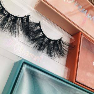 eyelash styles and packing boxes.